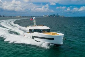 Running shot Sundeck 580 modern trawler
